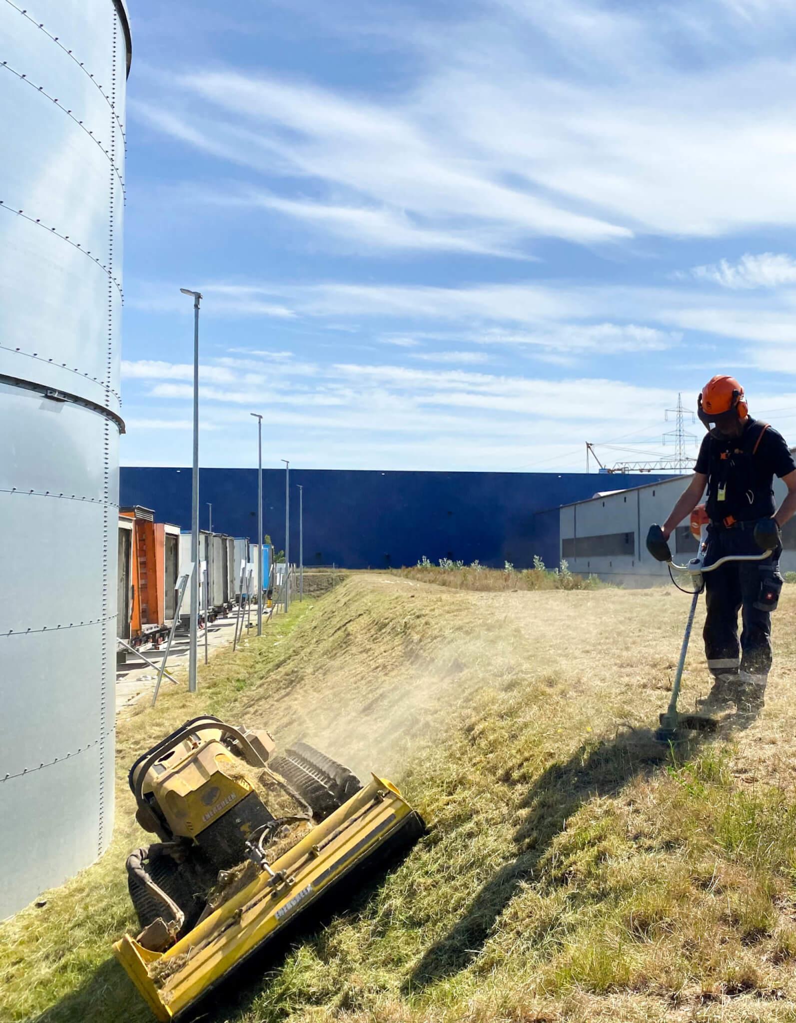 Landschaftspflege: Mäharbeiten mit dem Freischneider und der Mähraupe